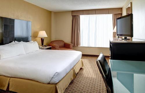 holiday_inn_express_suites_detroit_suite
